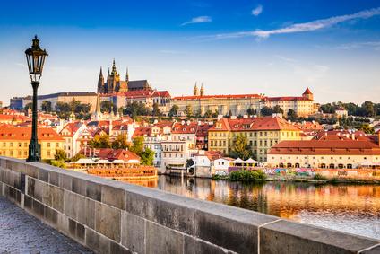 Sehr begehrt bei Städtreisen: Prag, hier mit Karlsbrücke und Prager Burg