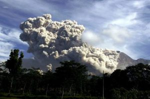 Vulkanausbruch Bali: Die Vulkanasche gefährdet den Flugbetrieb