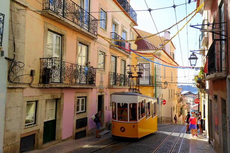 Die Straßenbahn sollte man bei einer Städtereise im Herbst nach Lissabon unbedingt testen
